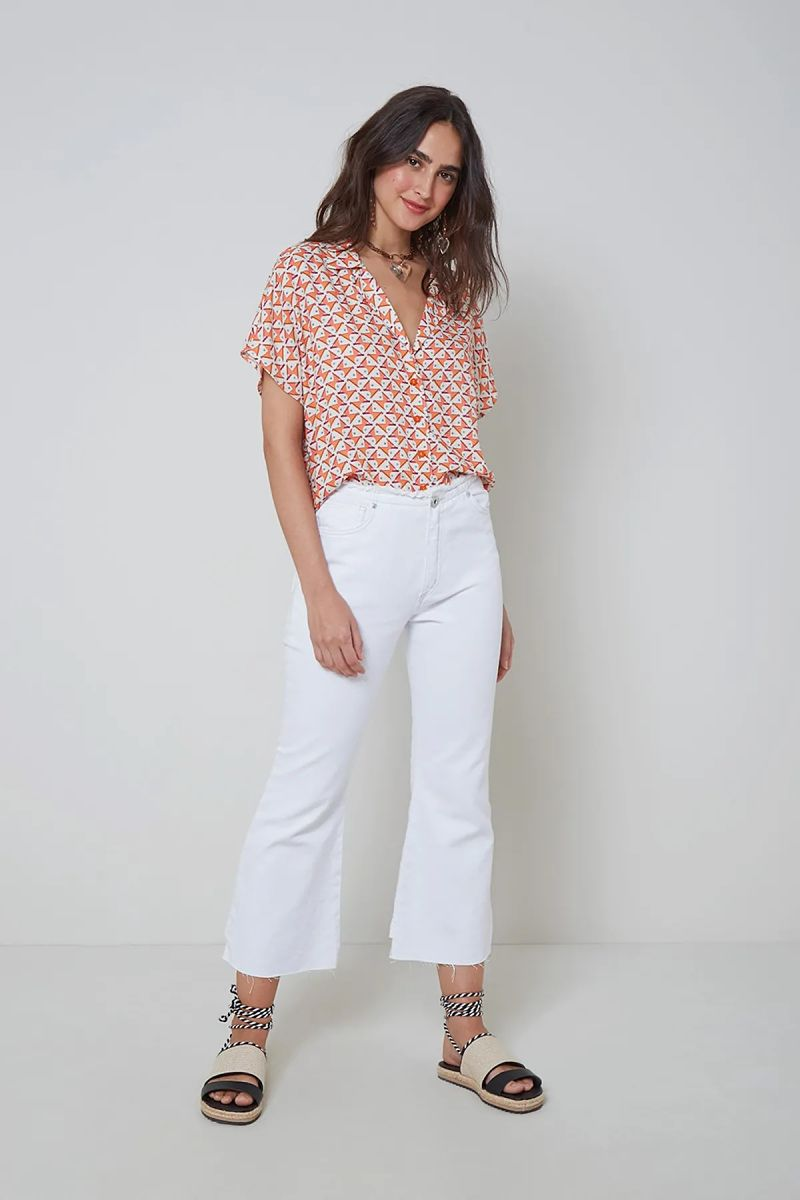 calça branca com camisa colorida