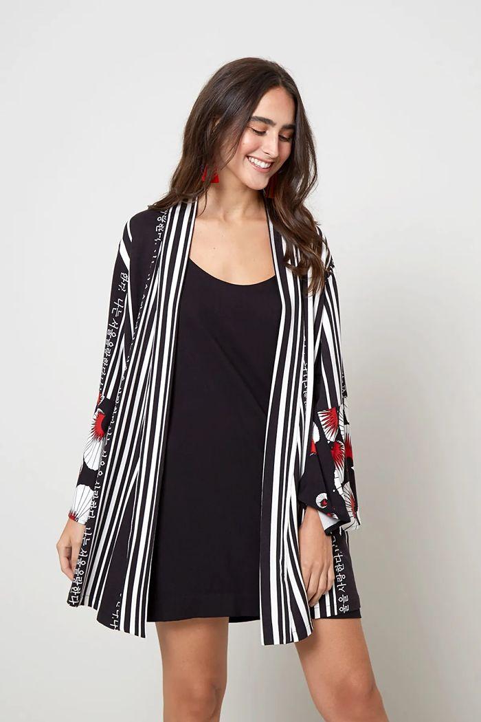 modelo com vestido e kimono estampado