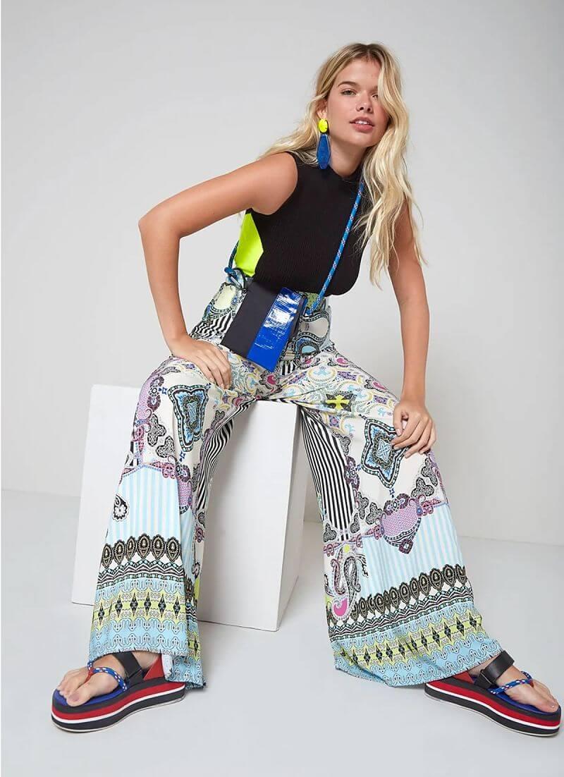 modelo com calça pantalona estampada