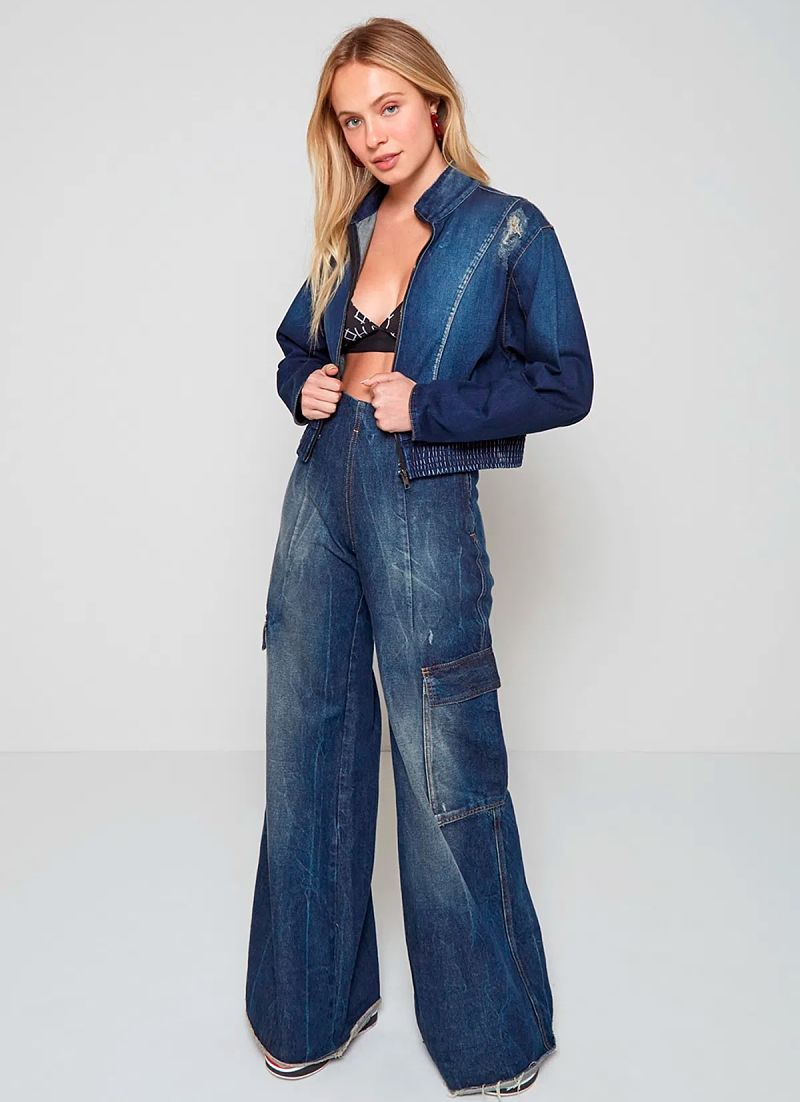 calça pantalona jeans com jaqueta jeans