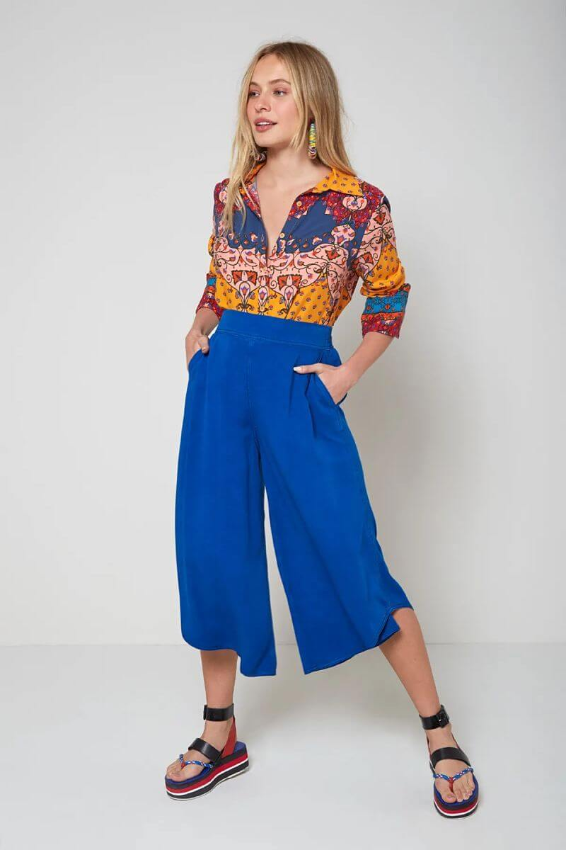 pantacourt-azul camisa de botões estampada
