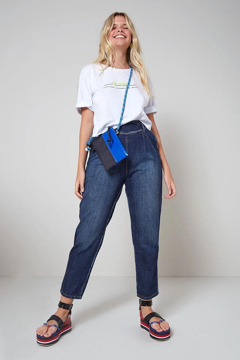 t-shirt branca calça jeans mini bag