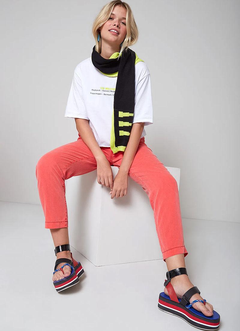 t-shirt com calça colorida e cachecol
