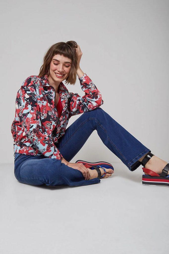 calça flare e camisa florida