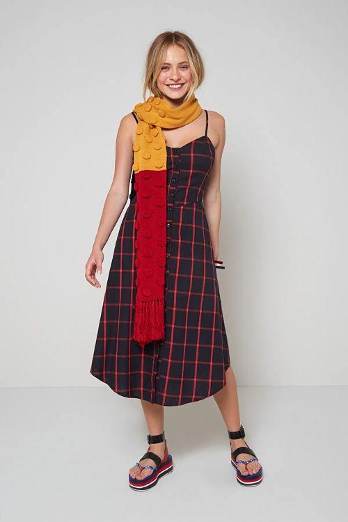 vestido xadrez com cachecol