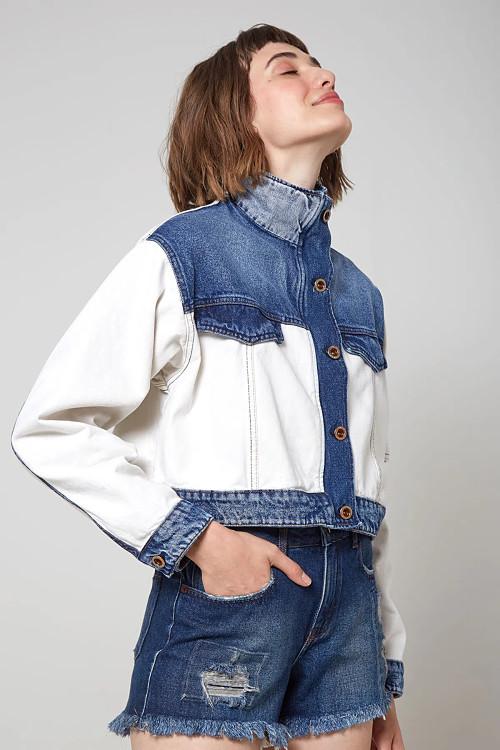 foto de uma modelo de olhos fechado com a cabeça pra cim vestindo a jaquete jeans mix