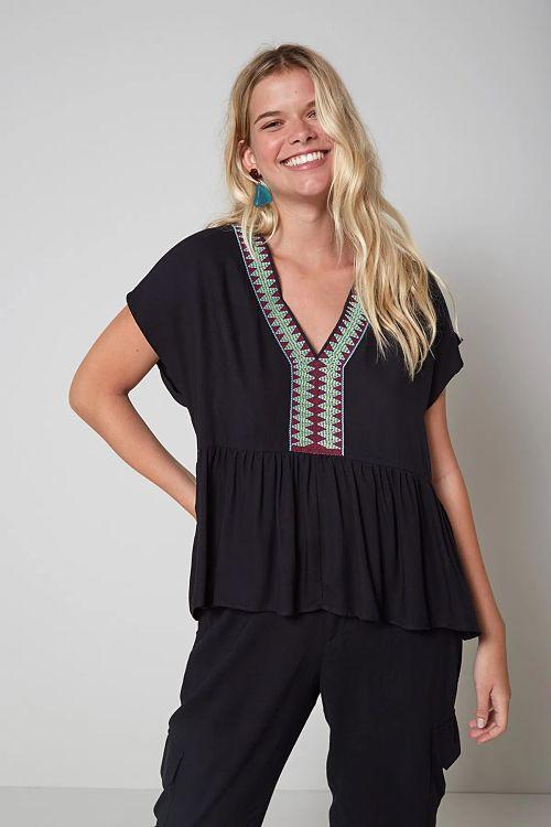 calça e blusa com decote colorido