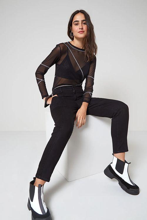 calça preta com blusa de tule transparente preta