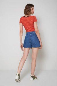 Modelo mulher de costas com roupa colorida anos 60