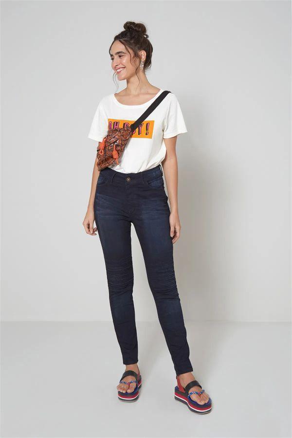 Modelo com estilo dos anos dois mil vestindo calça jeans recorte