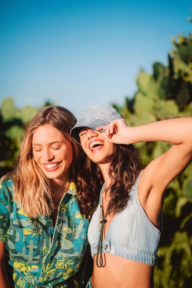 Duas mulheres sorrindo