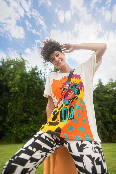 Mulher com camiseta despojada oversize colorida