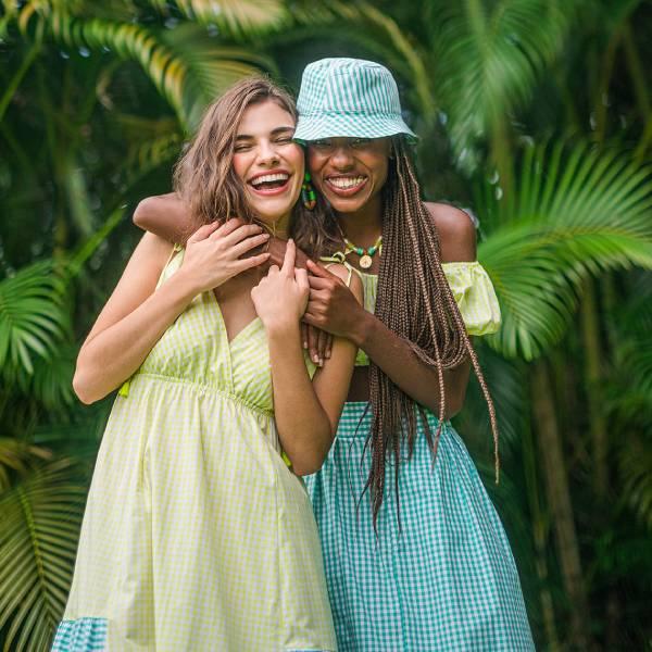 Mulheres em abraço descontraído vestindo cores candy colors
